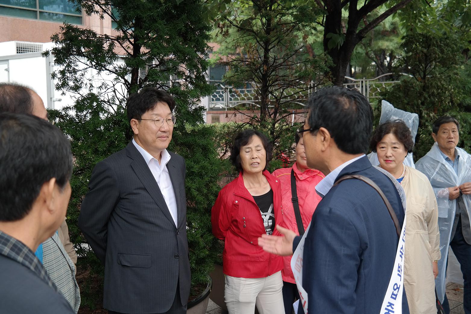자유한국당 권성동 국회의원(강원 강릉시, 2선) 시위현장 방문하여 협조 약속 SAM_4255.JPG